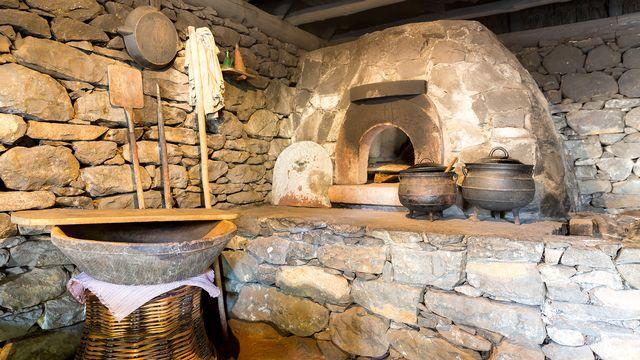 Intérieur de cuisine ancienne avec four. [Nomadsoul1 - Depositphotos]