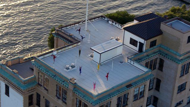 Une séquence de ballet tournée sur un toit avec les danseuses et danseurs de la compagnie de Merce Cunningham pour le documentaire en 3D de Alla Kovgan. [Mko Malkhasyan - DR]