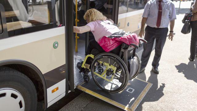 Des quais de bus devront être rehaussés dans le canton de Fribourg pour permettre l'accès autonome au personnes à mobilité réduite. [Gaetan Bally - KEYSTONE]