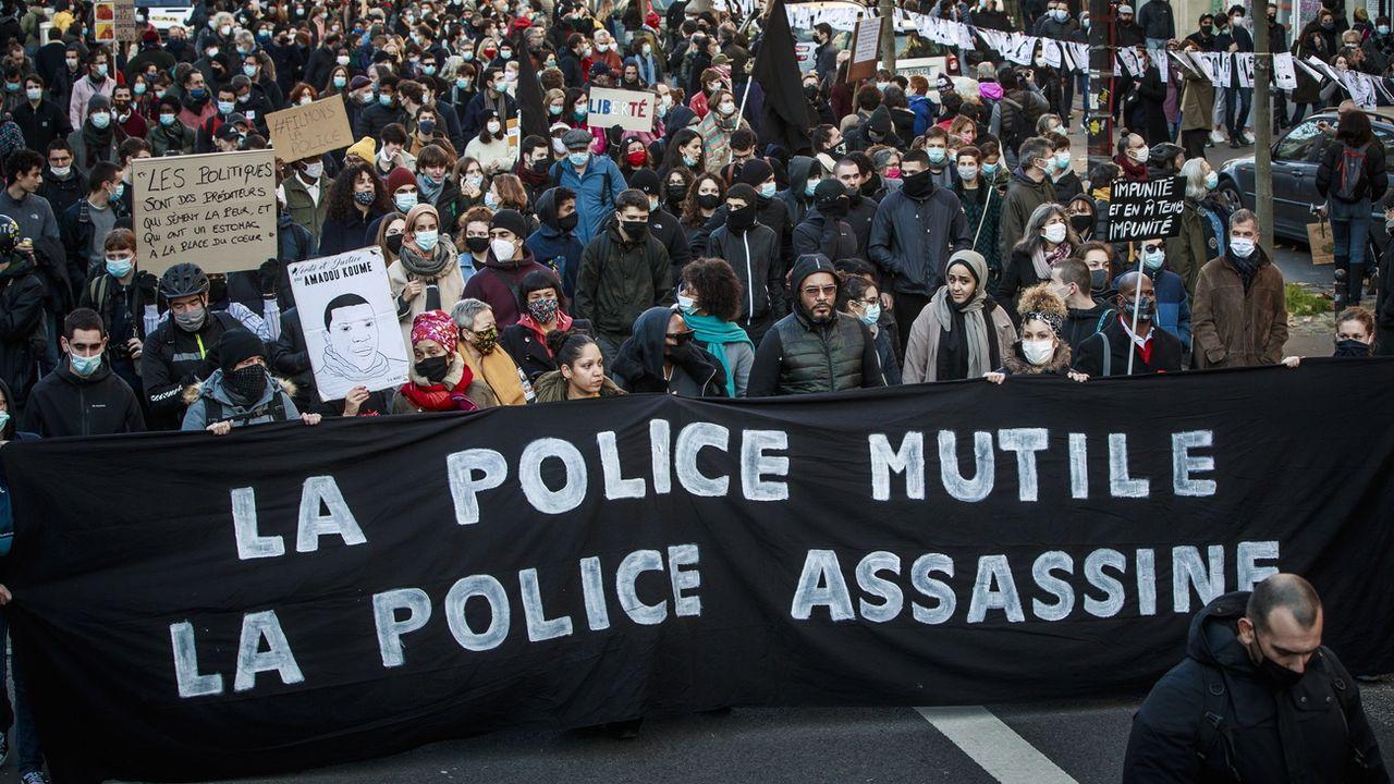 Des manifestations éclatent à Paris contre la nouvelle loi sur la sécurité. [Christophe Petit Tesson - EPA/Keystone]