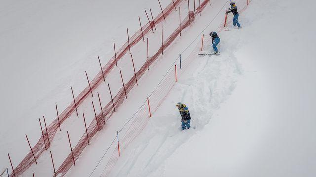 Les lourdes chutes de neige empêchent la tenue du super-G. [Jean-Christophe Bott - Keystone]