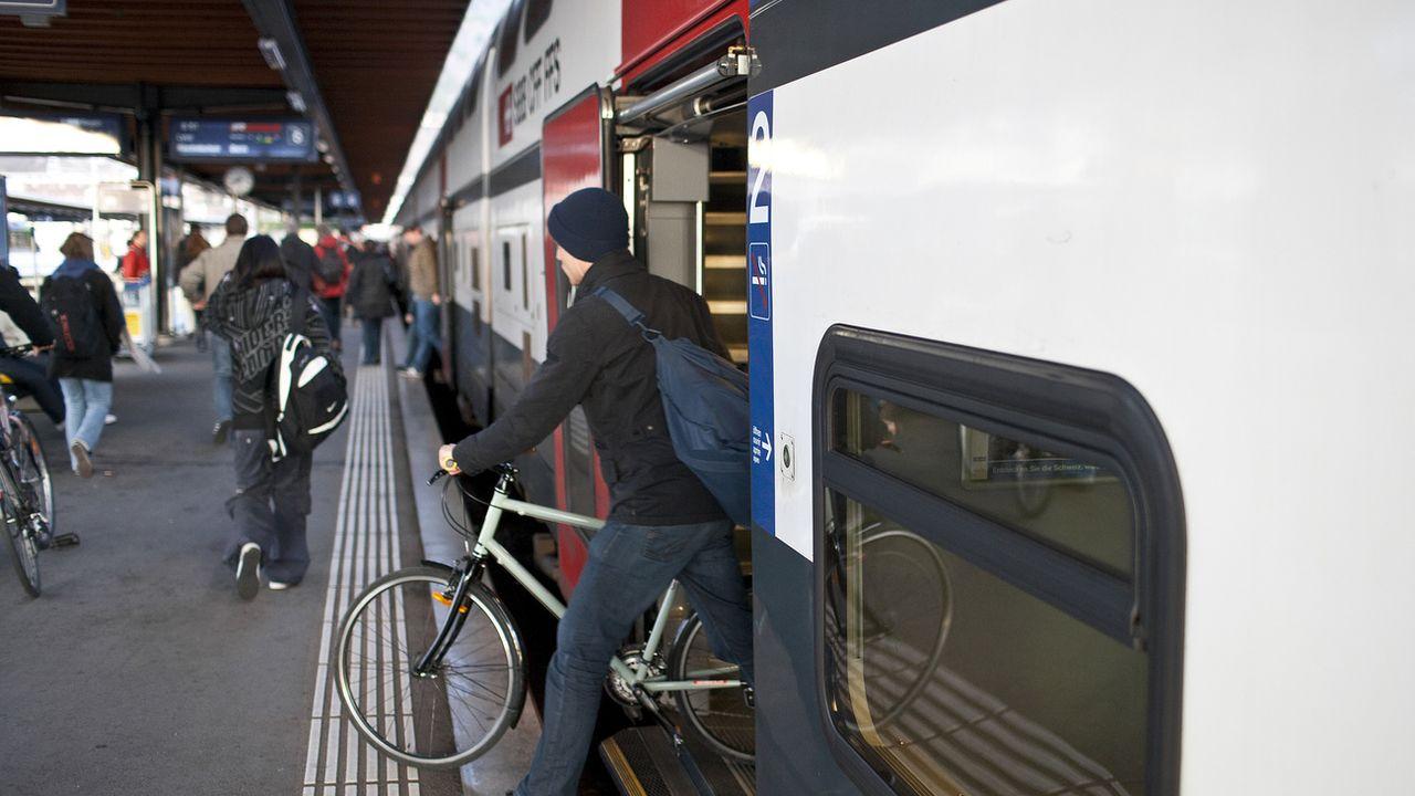 Vélo et train semblent la combinaison gagnante pour les déplacements. Mais à partir de mars 2021, les CFF introduiront une réservation obligatoire des places vélo dans certains trains. [GAETAN BALLY - Keystone]