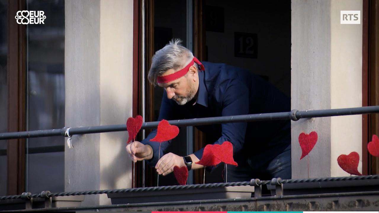Philippe Martin plantes des coeurs sur son balcon pour l'opération Coeur aux balcons. [RTS]