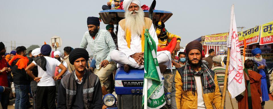 Des dizaine de milliers d'agriculteurs indiens ont déferlé aux portes de New Delhi en tracteurs. [Adnan Abidi - Reuters]