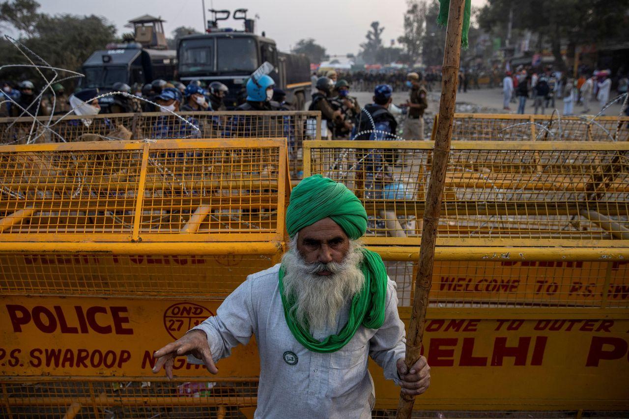 Un agriculteur près de barricades de police pour empêcher les agriculteurs d'entrer dans la ville de New Delhi, le 3 décembre 2020. [Danish Siddiqui - Reuters]