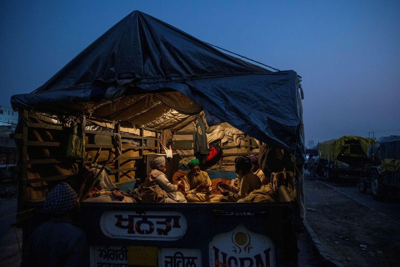 Les agriculteurs indiens qui protestent aux abords de New Delhi affrontent l'hiver dans des campements de fortune. [Danish Siddiqui - Reuters]