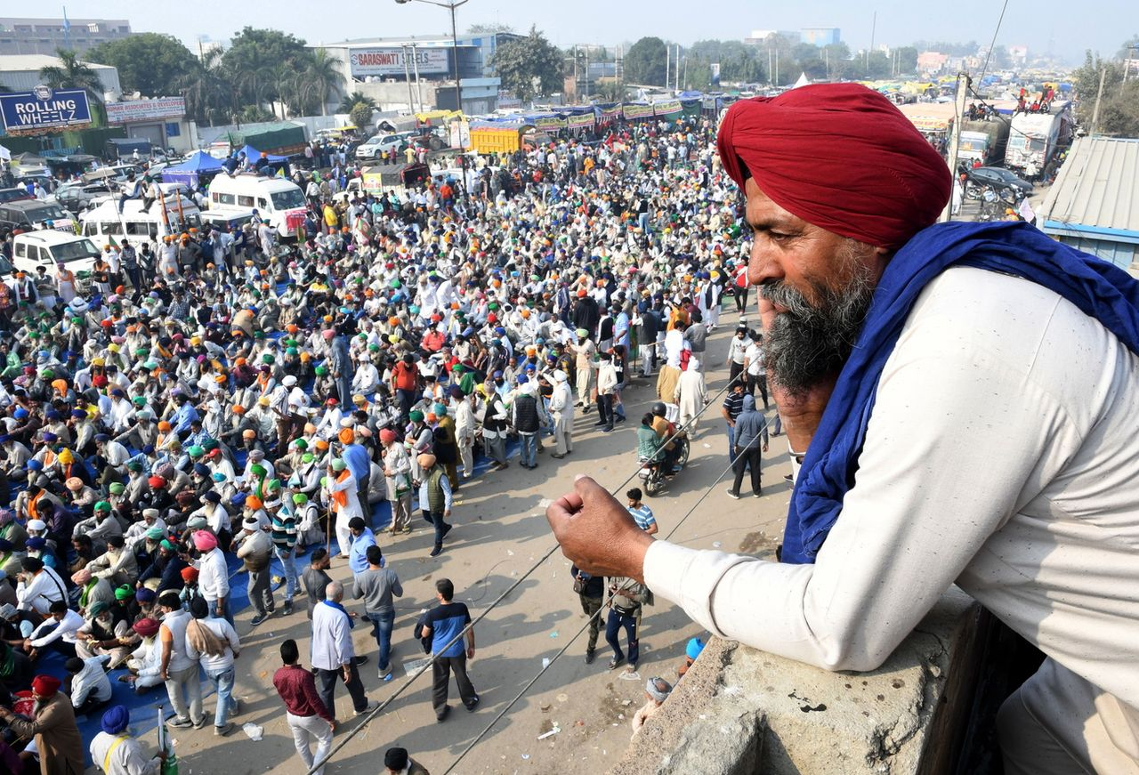 Des milliers d'agriculteurs indiens manifestent aux portes de New Delhi, le 3 décembre 2020. [Keystone]