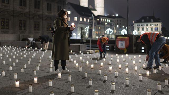 Le 27 novembre 2020 à Zurich, 382 bougies ont été allumées en hommage aux victimes de la pandémie de coronavirus. [Gaetan Bally - Keystone]