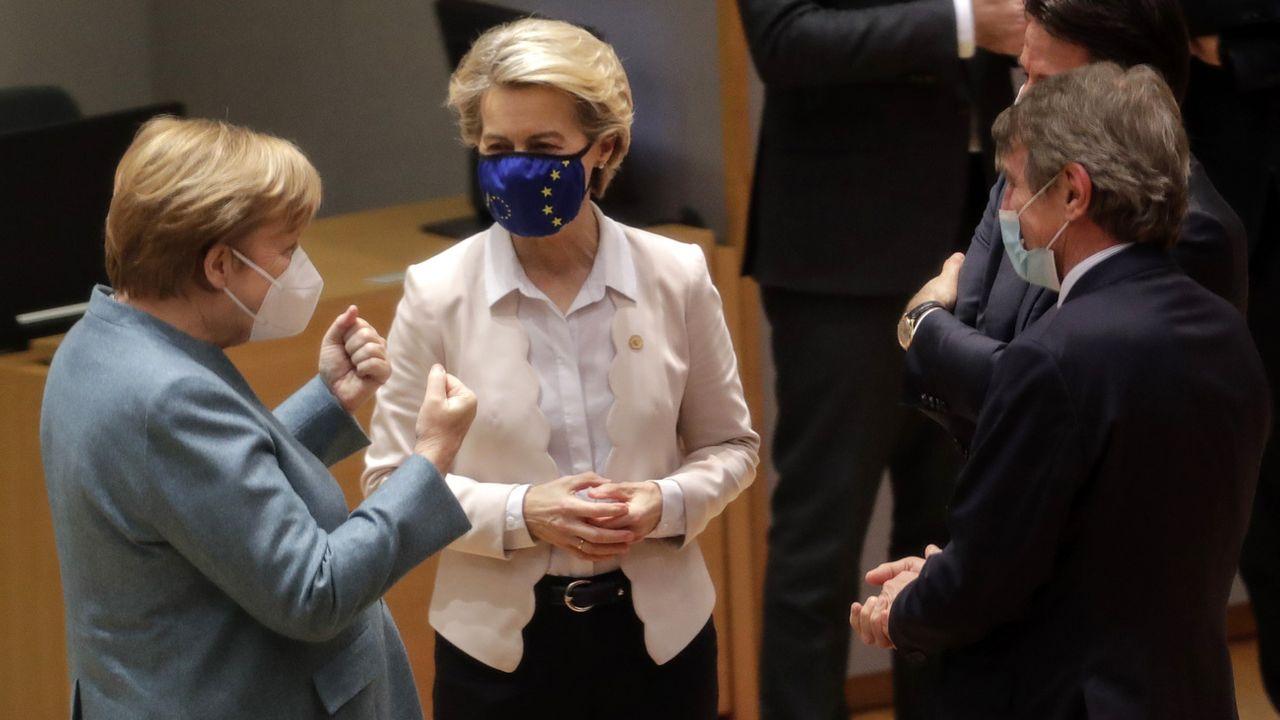 La Chancelière allemande Angela Merkel parle avec Ursula von der Leyen, présidente de la Commission européenne et David Sassoli, président du Parlement européen. Bruxelles, le 10 décembre 2020. [Olivier Hoslet - Keystone/Pool via AP]