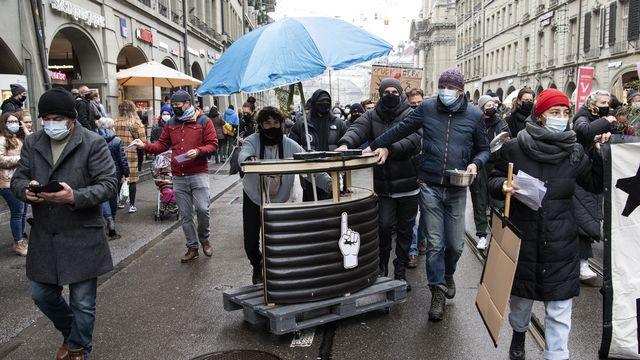 Les restaurateurs bernois manifestent leur agacement face aux nouvelles mesures contre le covid. [Peter Schneider - Keystone]