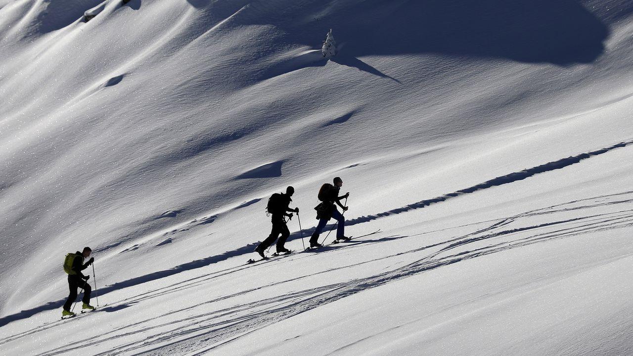 Des skieurs de randonnée profitent de la neige sur le domaine de Courchevel. [Sébastien Nogier - Keystone/EPA]