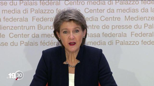 La situation épidémique se dégrade en Suisse, le Conseil fédéral durcit le ton et reprend la main. [RTS]