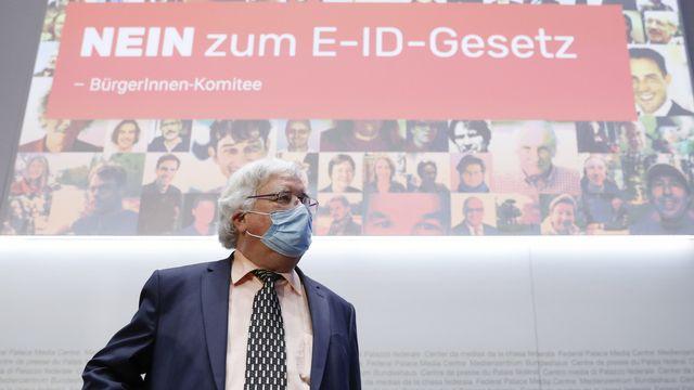 Karl Voegeli, président de l'Association suisse des aînés, lors de la conférence de presse de lancement de la campagne contre une identité électronique. [Peter Klaunzer - Keystone]