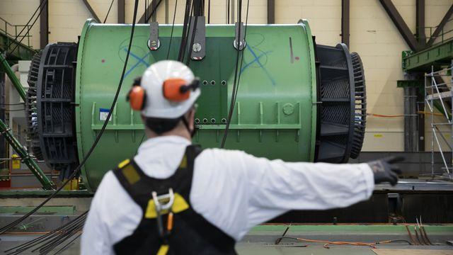 Un ouvrier participe au démantèlement de la centrale de Mühleberg. [Peter Klaunzer - Keystone]