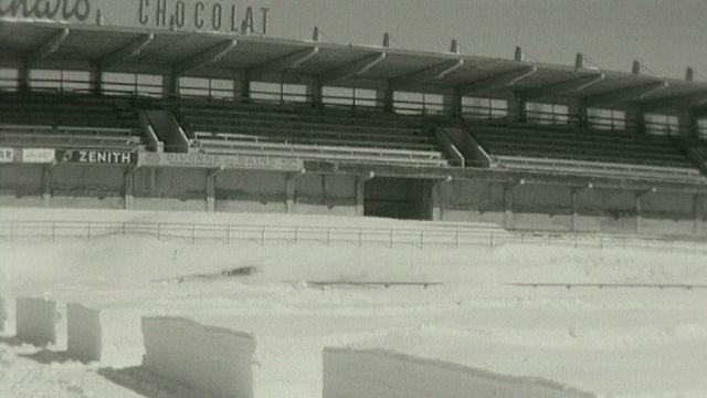 12000 mètres cube de neige sur le terrain de football de La Chaux-de-Fonds en mars 1963. [RTS]