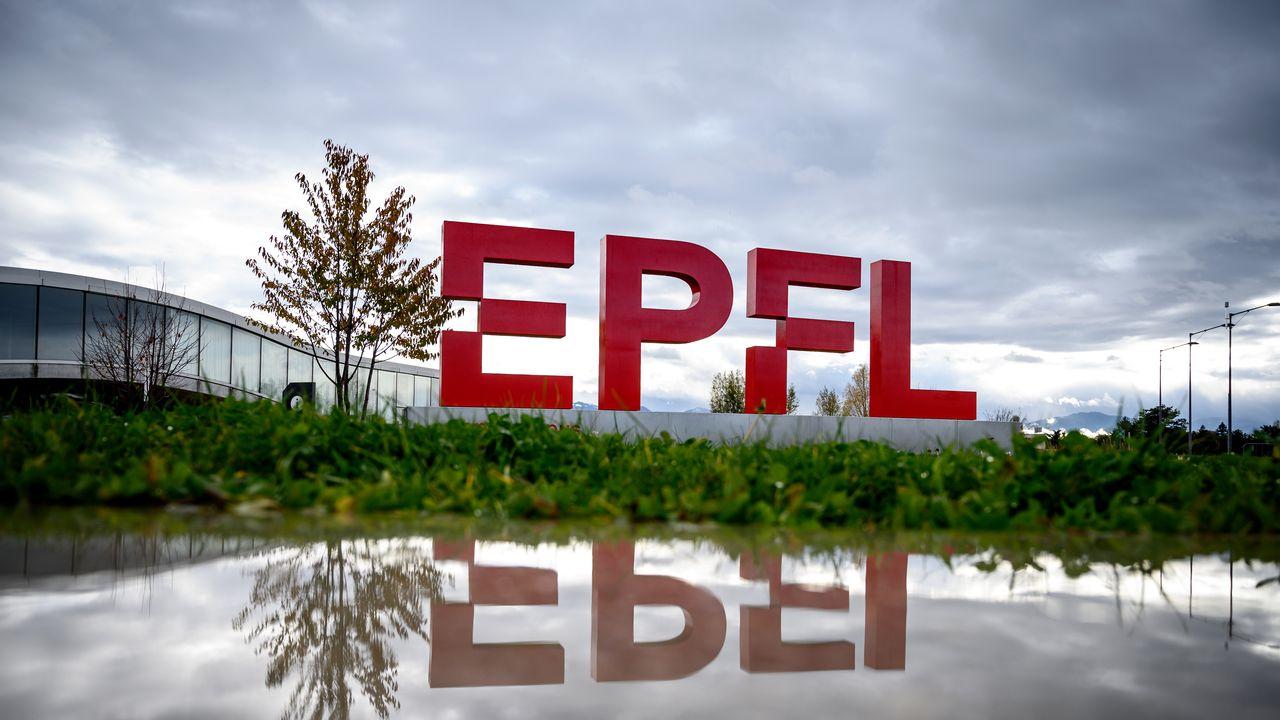 Le logo de l'Ecole polytechnique fédérale de Lausanne, EPFL, est visible sur le campus devant le Rolex Learning Center. [FABRICE COFFRINI / AFP - AFP]