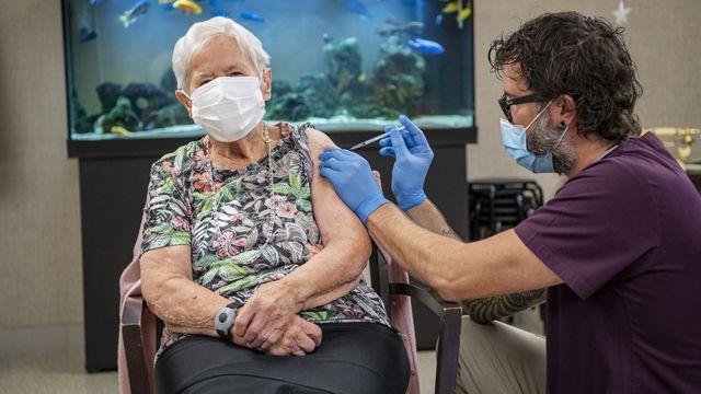 Mercredi 23 décembre: à Lucerne, une nonagénaire est la première personne vaccinée contre le Covid-19 en Suisse. [Urs Flueeler - Keystone]