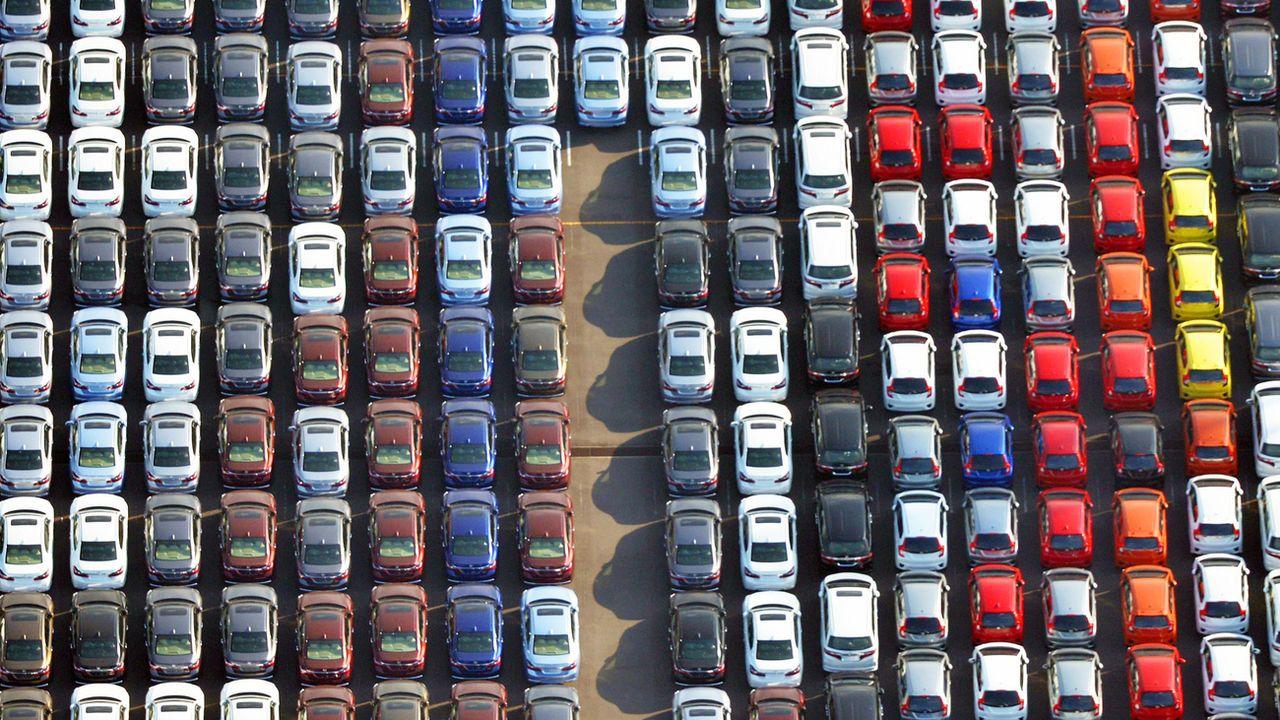 Parallèlement à son intention d'interdire la vente de véhicules neufs à essence ou diesel d'ici le milieu des années 2030, le gouvernement souhaite aussi une réduction de 50% du coût des batteries des véhicules électriques. [Kyodo News via AP - Keystone]
