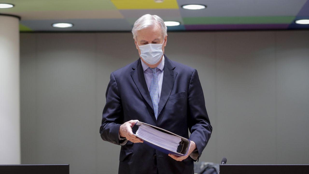 Le négociateur en chef de l'Union européenne Michel Barnier tient l'accord post-Brexit. [Olivier Hoslet - Keystone/EPA]