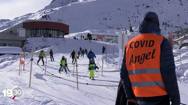"""Reportage auprès des """"Covid Angels"""", qui veillent au respect des mesures sanitaires sur les pistes. [RTS]"""