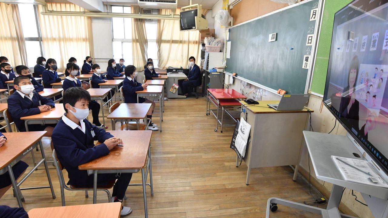 Près de 320 millions de jeunes à travers le monde n'ont toujours pas repris le chemin de l'école, selon l'UNICEF.  [THE YOMIURI SHIMBUN VIA AFP - AFP]