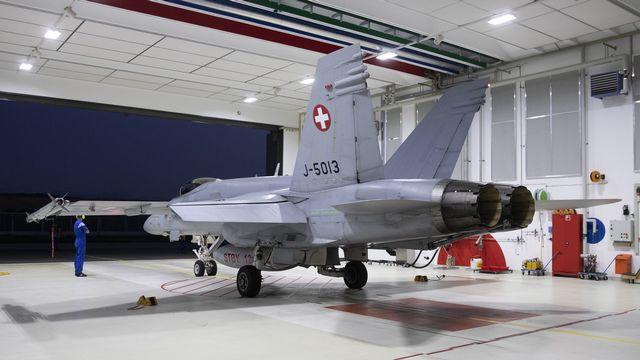 Un F/A-18 prêt à un décollage d'alarme dans un hangar de la base de Payerne. [Peter Klaunzer - Keystone]