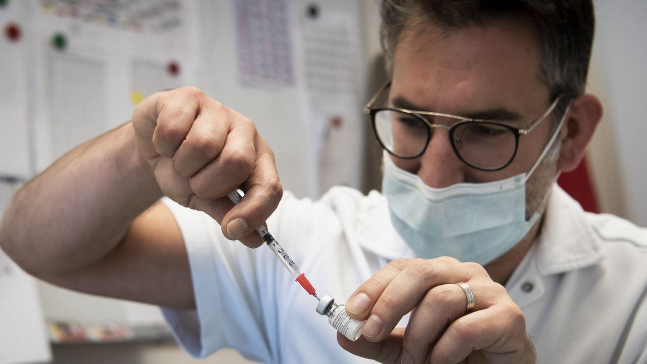 Quelle adhésion du personnel soignant au vaccin contre le Covid-19? [Jean-Christophe Bott - Keystone]