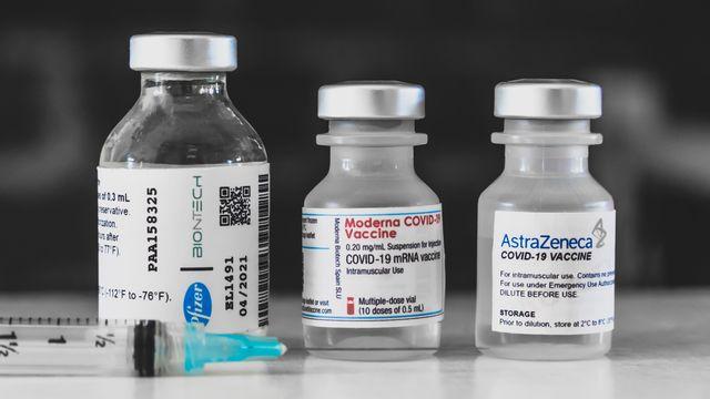 Les vaccins de Pfizer-BioNTech, Moderna et AstraZeneca contre le Covid-19. [David Himbert / Hans Lucas - AFP]