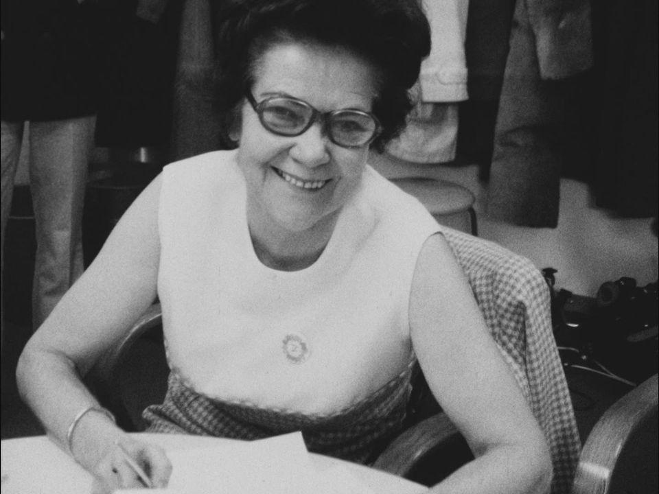 7 février 1971 : l'annonce des premiers résultats donne le sourire à Gertrude Girard-Montet, présidente de l'Association suisse pour le suffrage féminin. [RTS]