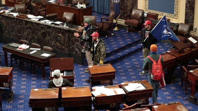 Des manifestants pro-Trump sont parvenus à pénétrer dans la salle où se déroulait la procédure de certification de la victoire de Joe Biden. [Win McNamee - AFP/Getty Images]
