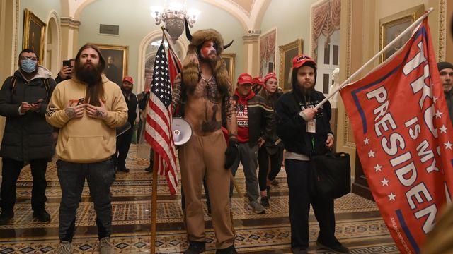 Des supporters de Donald Trump, dont un membre du groupe Qanon, ont fait irruption dans le Capitole. [Saul Loeb - AFP]