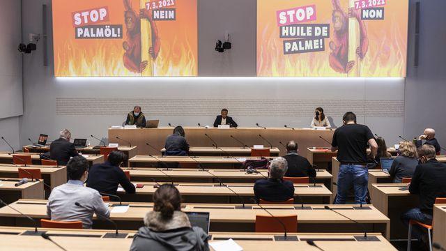 Les membre du comité référendaire contre l'accord de libre-échange de l'AELE avec l'Indonésie exposent leur argumentaire en conférence de presse, le 11 janvier 2021 à Berne. [Alessandro della Valle - Keystone]