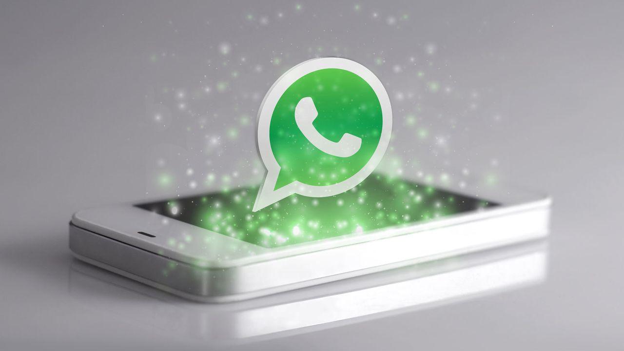 Gros plan sur un smartphone avec l'application Whatsapp. [dolphfynlow - Depositphotos]