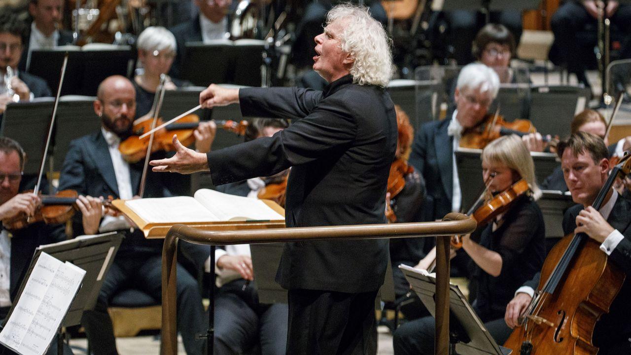 Simon Rattle à la tête du London Symphony Orchestra en 2017. [Tolga Akmen - AFP]