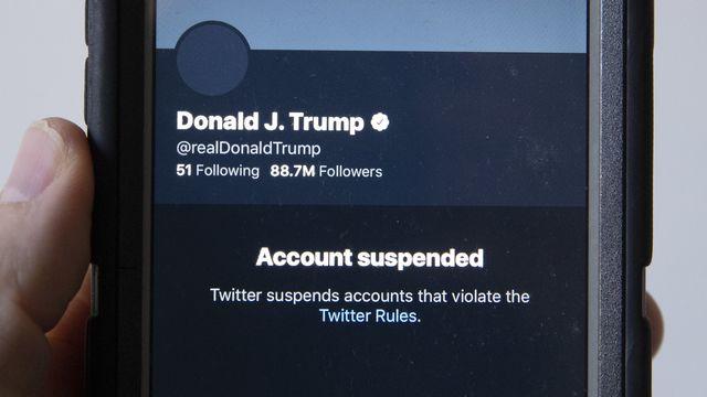 La suppression du compte Twitter de Donald Trump provoque des remous en Europe, où l'on estime que ce n'est pas aux géants du web de contrôler la liberté d'expression. [Michael Reynolds - Keystone/EPA]