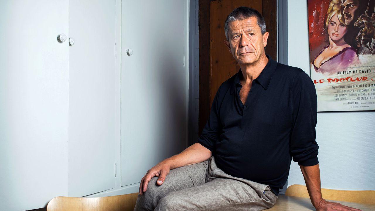 L'écrivain français Emmanuel Carrère chez lui à Paris en août 2020. [Damien Grenon -  Photo12 via AFP]