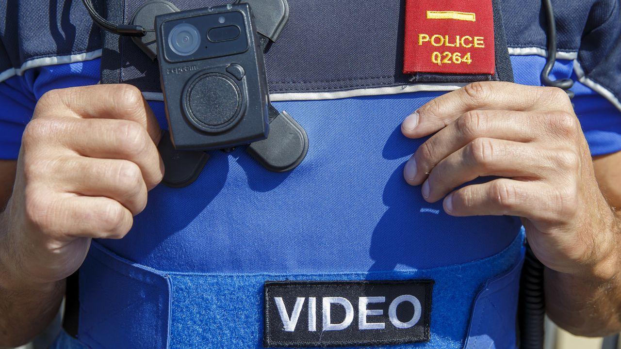 """Les """"caméras-piétons"""" des policiers lausannois, bien visibles, détendent les conflits. [Salvatore Di Nolfi - Keystone]"""