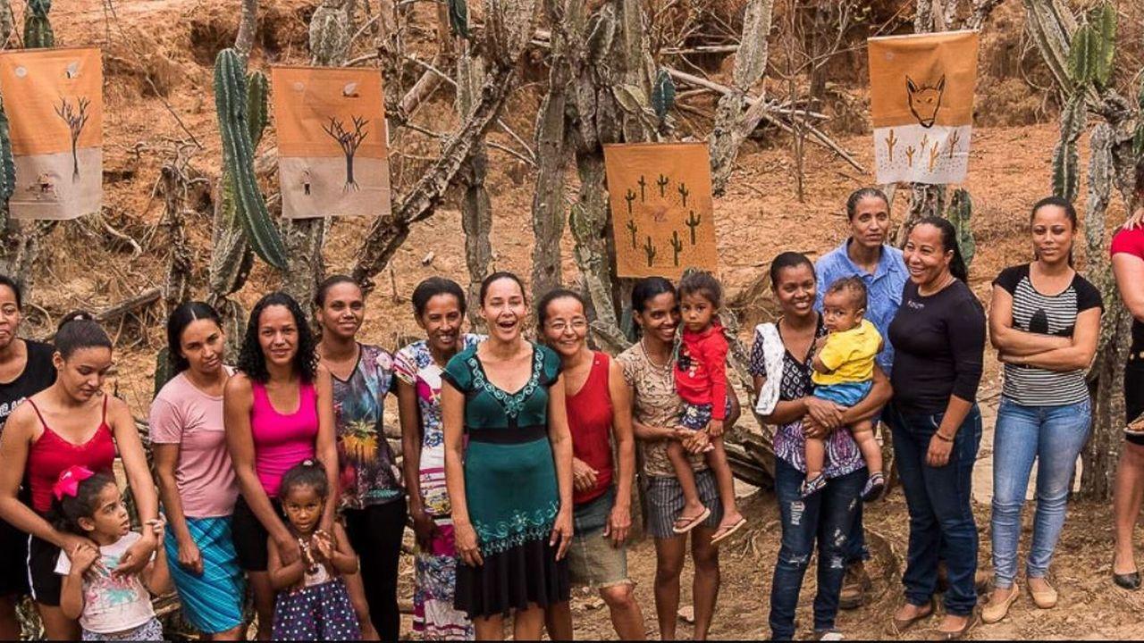 Des Brésiliennes de huit communautés rurales chantent pour les malades du Covid. [www.versinhos.com.br]