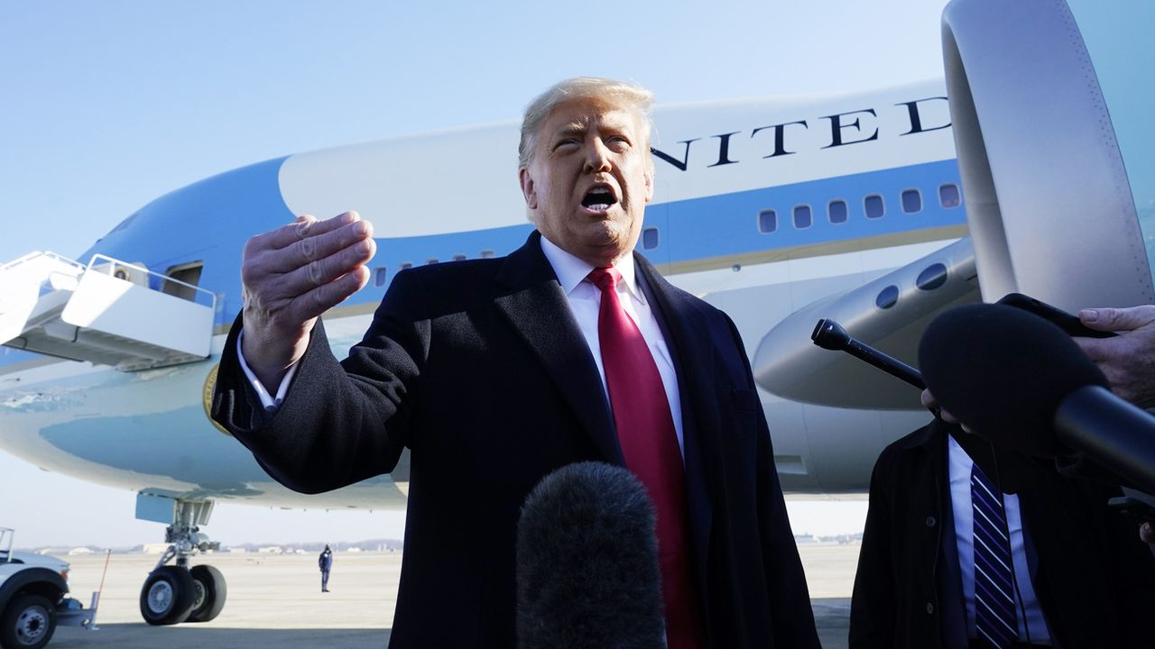 Donald Trump s'exprime devant des journalistes avant son embarquement pour Alamo, dans le sud du Texas, le 12 janvier 2021. [Alex Brandon - Keystone/AP photo]