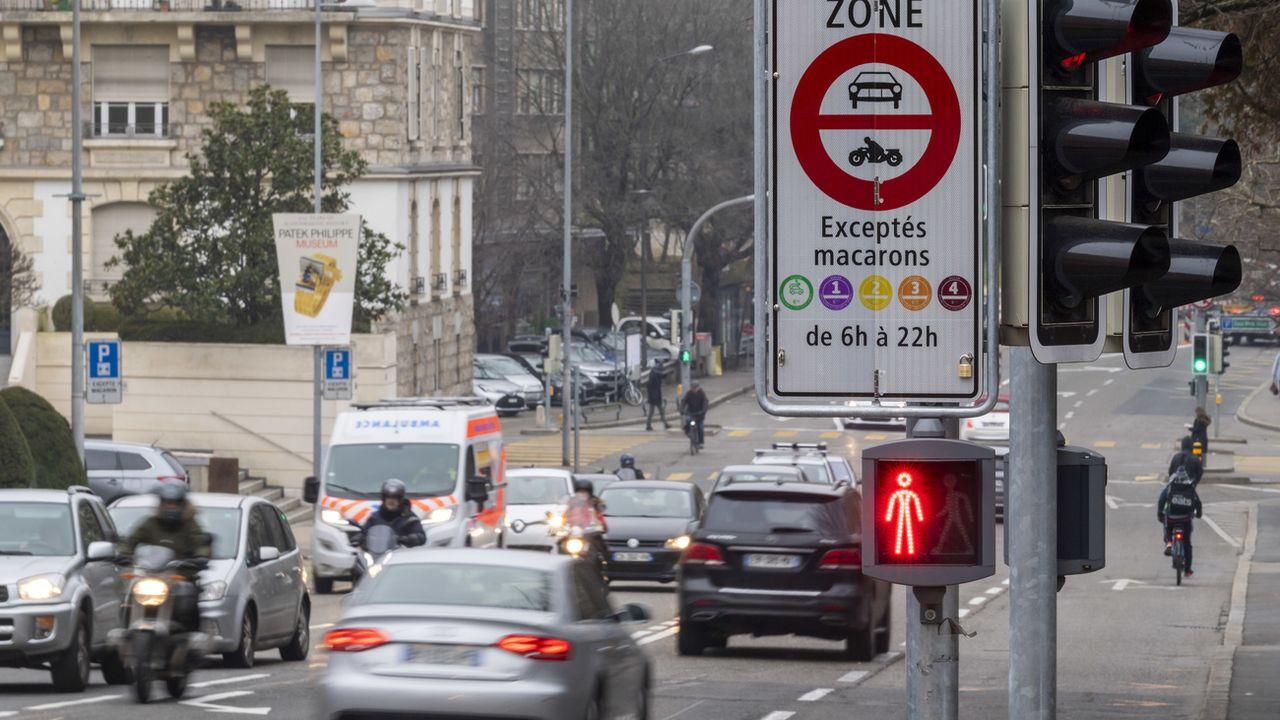 Des véhicules en ville de Genève. [Martial Trezzini - Keystone]