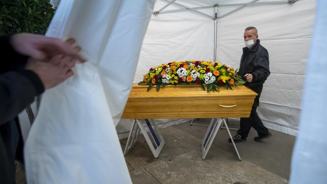Les employés des pompes funèbres sont au plus près les familles endeuillées pendant la crise sanitaire. [Martial Trezzini - Keystone]