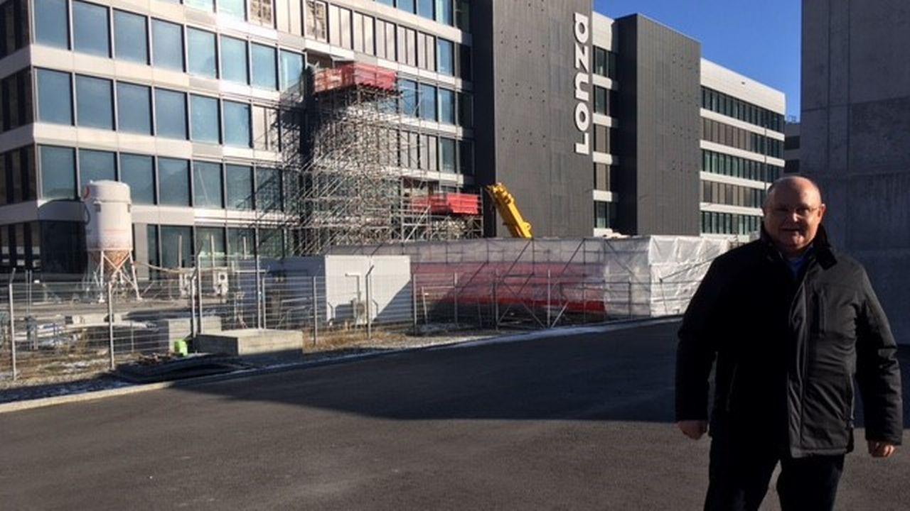 Niklaus Furger, président de Viège, devant l'usine Lonza. [Virginie Langerock - RTS]