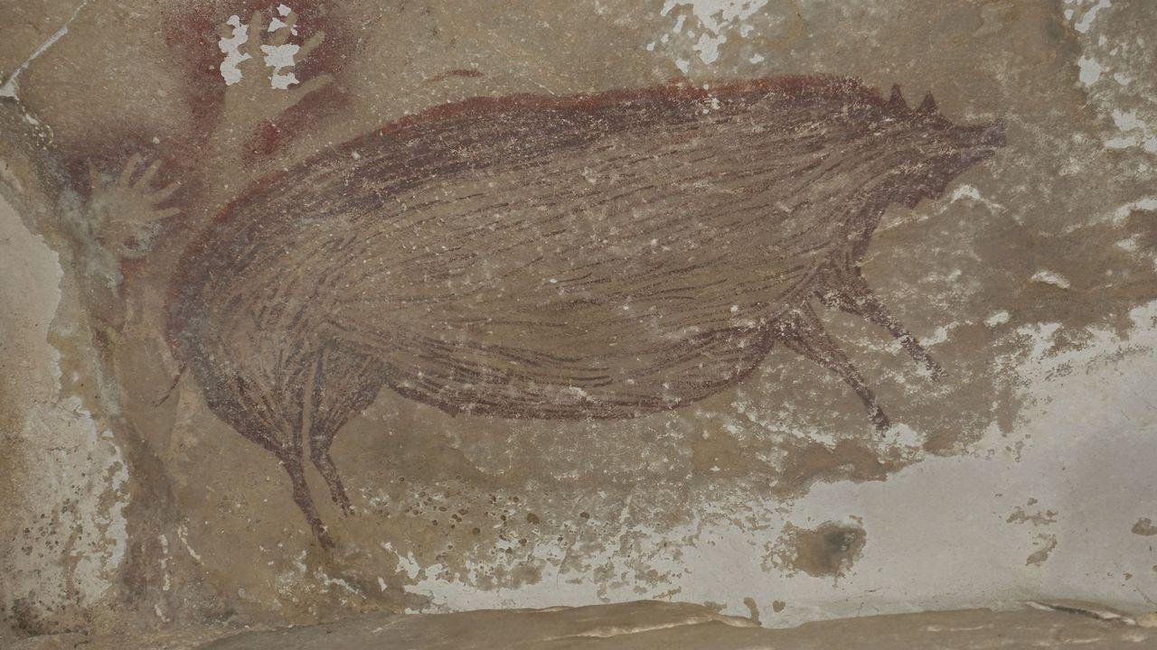 Cette peinture rupestre a été découverte sur l'île de Sulawesi en Indonésie en 2017. Elle daterait d'au moins 45'500 ans et serait la plus vieille peinture retrouvée dans le monde.  [Maxime AUBERT - Griffith University/AFP]