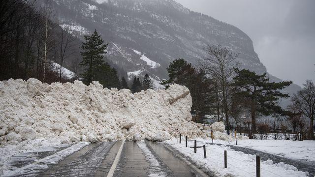Une avalanche a recouvert la route reliant Seedorf à Bauen, dans le canton d'Uri. [Urs Flueeler - Keystone]