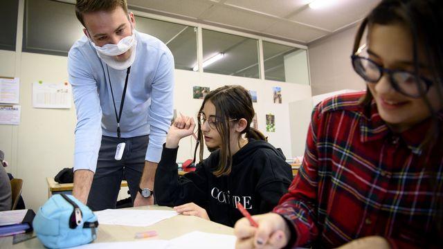 Selon un sondage réalisé auprès des responsables d'établissements scolaires alémaniques, il y n'a pas plus d'élèves malades dans les écoles. [Laurent Gillieron - Keystone]