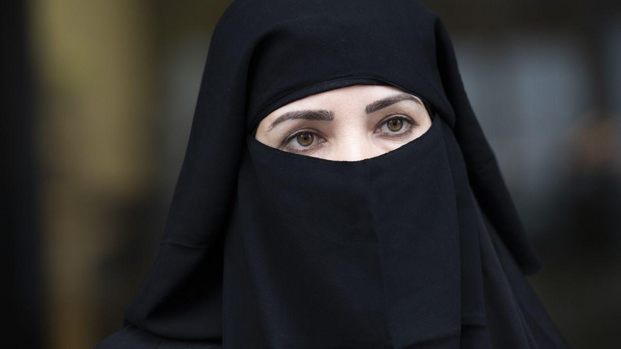 Une femme portant un niqab avant son interdiction à St-Gall en 2018. [Gian Ehrenzeller - Keystone]