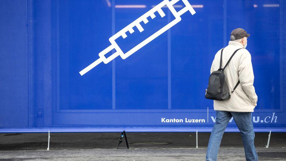Un panneau signalant un centre de vaccination, le 19 janvier 2021 à Lucerne. [Keystone]