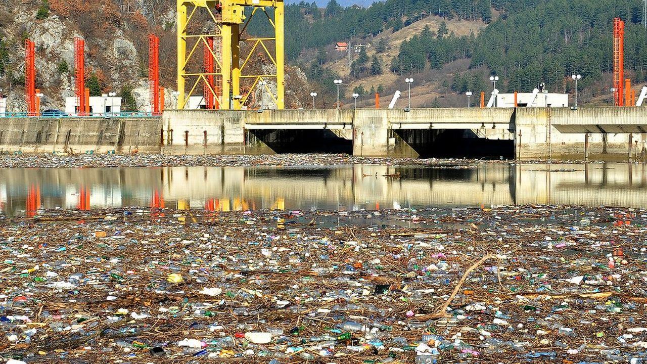 Les cours d'eau de plusieurs pays des Balkans, comme ici en Bosnie-Herzégovine, se sont dernièrement retrouvés submergés par des ordures, au point de menacer le fonctionnement de plusieurs barrages de centrales hydroélectriques. [Elvis Barukcic - AFP]