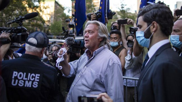 Steve Bannon après avoir plaidé non coupable de détournement de fonds prétendument destinés à la construction d'un mur à la frontière Etats-Unis-Mexique. New York, le 20 août 2020. [Eduardo Munoz Alvarez - Keystone/AP photo]