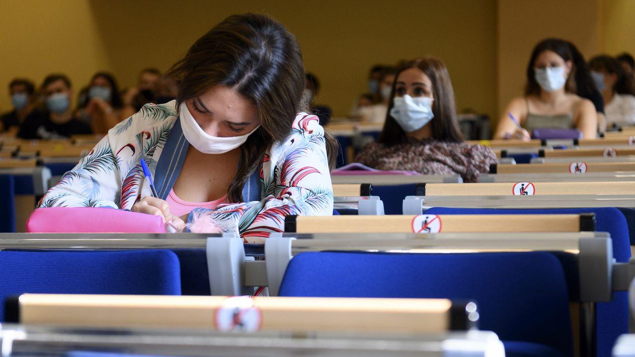 Des étudiants de l'université de Neuchâtel quand ils pouvaient encore étudier en présentiel. [Laurent Gillieron - Keystone]